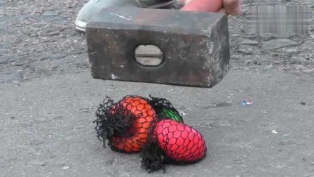 20公斤大铁锤砸向一堆发泄球, 真过瘾
