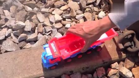 将玩具大卡车放在铁轨上, 你猜会发生什么?
