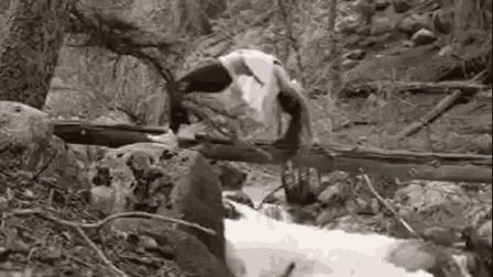 美女在桥上做瑜伽不小心掉河里 装逼需谨慎