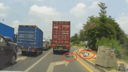 宝马车挺得意! 刚刚还别车大货车, 可谁知三辆大货车把他包围!