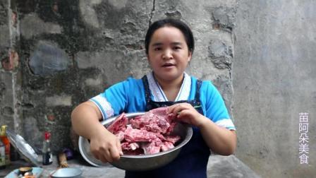 苗大姐两个猪头骨炖来吃, 吃了半个不够再来大碗面条