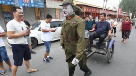 """河南大叔造""""鬼子""""机器人, 给村民拉车, 网友纷纷称赞: 真解气!"""