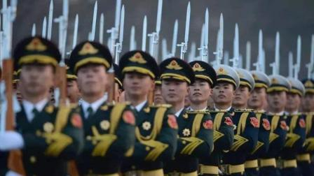 三军仪仗队排成一条线, 唱着响亮的军歌, 有序走过人群!