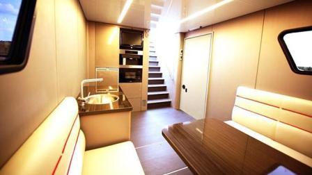 带泳池和车库的房车, 内饰豪华的令人发指, 售价能买北京的一套房