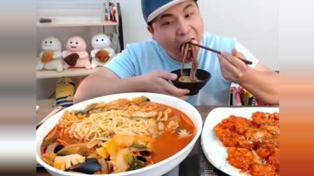 韩国小胖哥吃美味的章鱼海鲜面, 看得好馋人