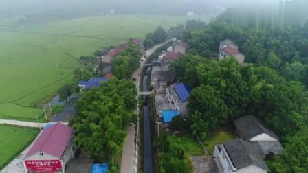 河北新娘家住在小乡村, 马路很窄, 看这车怎么开的