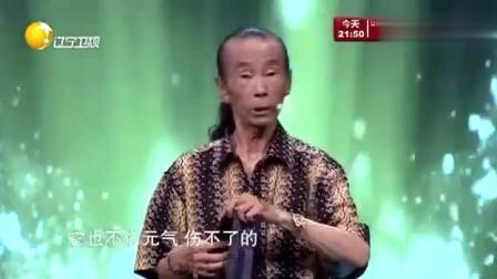 中国鬼手王现场展示缩骨功, 台下小姑娘吓得直捂眼! 主持人都膜拜