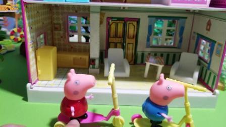 小猪佩奇玩具故事: 佩奇乔治比赛玩滑板车, 猜一猜谁赢了呢