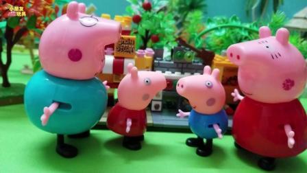 小猪佩奇玩具故事: 下雨了, 佩奇非常的开心, 因为又可以玩泥坑了