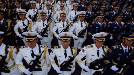 高唱豪迈的军歌, 踏着整齐的步伐, 三军仪仗队的这一幕无比帅气!