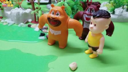 熊出没玩具故事: 熊大跟熊二在踢球, 突然出现一个小朋友来一起玩