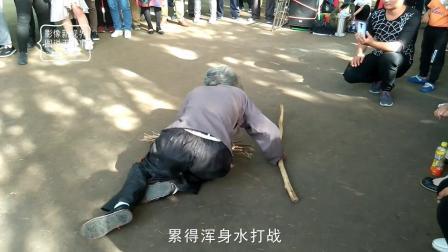 西安公园演出歌曲小品《儿女不孝老人难》现场观众感动哭了