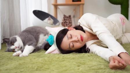 少女养猫成瘾连睡姿都学猫