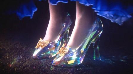 王子拿着水晶鞋寻找真正的灰姑娘, 哪知两个姐姐争着试, 太丢人了