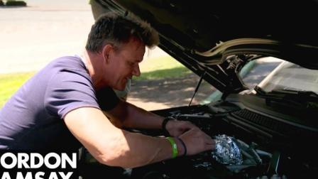 在汽车引擎上烤鲈鱼,好香,隔壁小孩馋哭了