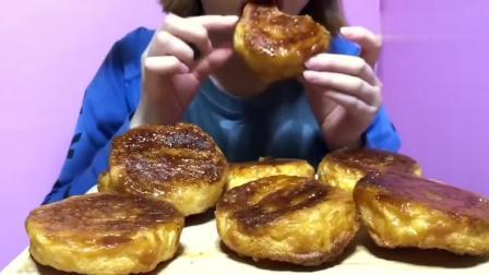 外国小姐姐吃烧饼, 外表酥脆金黄, 这饼叫什么? 看上去很美味!
