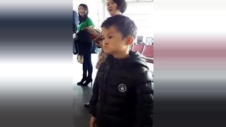 小马云范小勤在电视机前看马云演讲, 别说, 是真的像!
