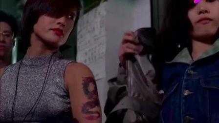 女混混露纹身吓唬老板, 没想到女店员露出胳膊后, 她默默穿上衣服