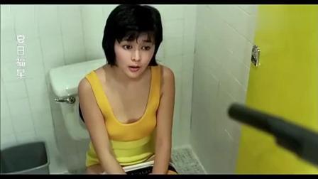 美女开门发现厕所有杀手, 淡定假装盲人继续小便, 成功骗过男子