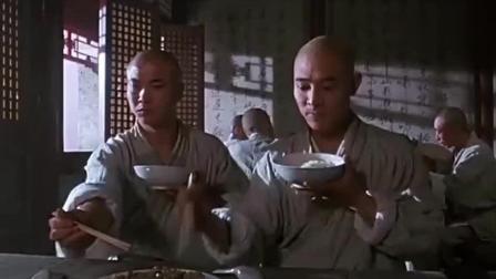 边吃饭还能边练武功, 厉害!