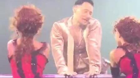 歌神在舞台上居然做这种动作, 女粉丝都娇羞了, 网友直呼辣眼睛!