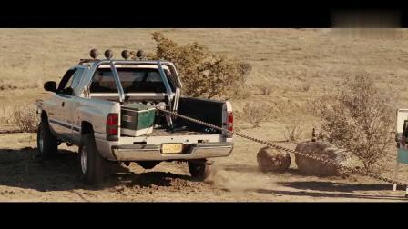 雷神之锤降落地球, 众人用车拉, 结果锤子不动车却翻了