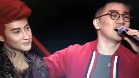 陈志朋穿着正常演出, 粉丝摸他手很激动, 被爆要求不得提小虎队?