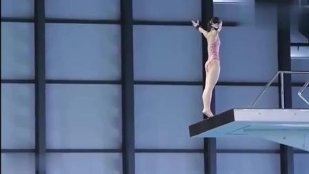 美女跳水运动员穿小碎花泳衣跳水, 动作完美, 漂亮身材抢镜了