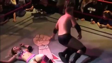 拳击比赛男打女, 太猛了, 女子快被欺负蒙了。