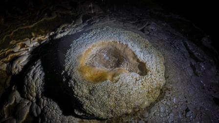 贵州大山里, 发现一山洞中有金鸡蛋盆