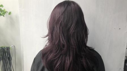 女生想烫一款好看自然易打理的卷发 发型师推荐了这一款