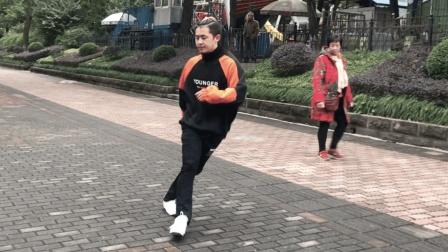 能飘起来的才叫鬼步舞, 17岁小伙飘逸步伐跳出了凌波微步的感觉!
