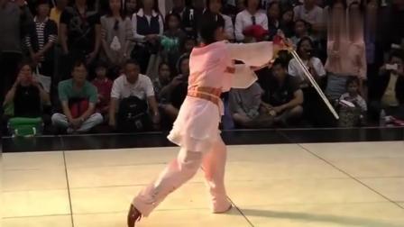 吴阿敏在一次大会上的太极剑表演——精彩