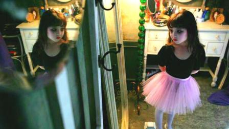 女孩躲着穿妈妈的鞋, 穿上后脸色苍白得吓人, 露出了奇怪的笑容