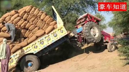 印度拖拉机这回老实了, 拉的太多拖了, 只能把货卸下来了