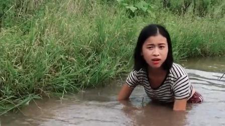 四川18岁农村女孩, 不想出门打工, 整天在家里抓鱼、钓鱼