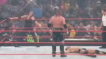wwe: 巨石强森太猛了, 重拳打晕长发美男子, 女人不放过