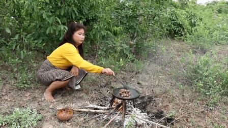 农村嫂子吃腻了大鱼大肉, 这次在野外烤了这种美味, 很多人都没吃过
