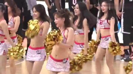 广州男篮主场拉拉队热舞助威 银色短裙套装点燃现场