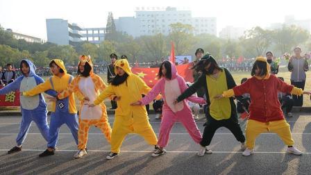 运动会开幕式, 几个女生穿着睡衣跑出来跳舞, 没想到还有模有样