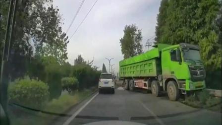 大货车穿过绿化带! 寸草不生, 这也太危险了!