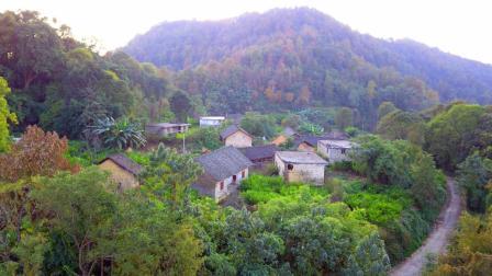 航拍贵州深山里的一个小村庄, 一个难得的风水宝地