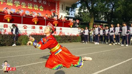 女同学跳蒙古舞, 才刚刚开始头饰就掉了, 她却镇定自若跳完