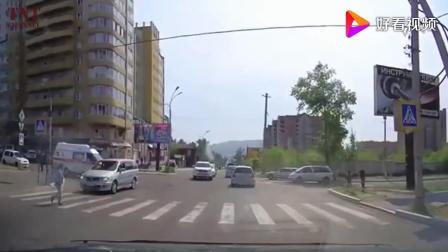 记录仪下的那些车祸瞬间, 救护车开得太快也是容易出事故的!