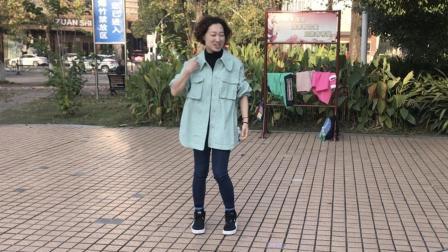 小姐姐刚学会鬼步舞, 在公园跳上一曲, 这舞步真带劲!