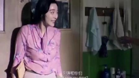 女子走进男生宿舍后, 却被泼了一身水!