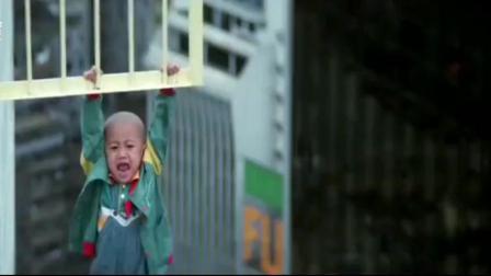 小男孩被歹徒堵住, 关键时刻机智要抱抱, 歹徒这下惨了