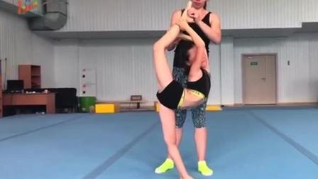 疼到狰狞! 艺术体操女孩的柔韧度训练, 实在太苦了