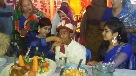 印度婚宴上新郎被多位美女主动喂食, 人生巅峰一定要好好把握