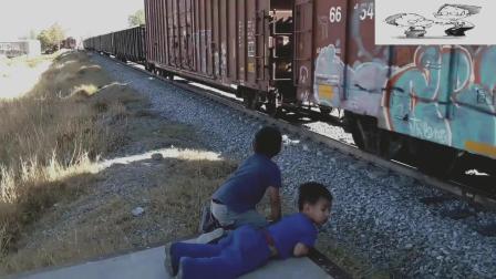 火车正在缓慢前行, 突然停下来倒车, 这操作真奇怪!
